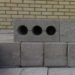 На фото: блоки из бетона, изготовленные самостоятельно, практически не уступают заводским вариантам