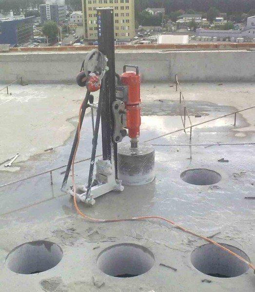 Агрегат для создания больших отверстий используется довольно редко, поскольку намного проще предусмотреть создание таких элементов при заливке, чем применять дорогостоящее оборудование