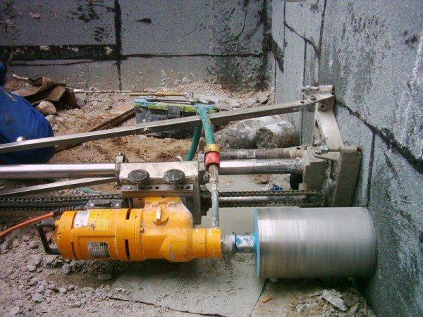Алмазное бурение отверстий в бетоне механическим способом