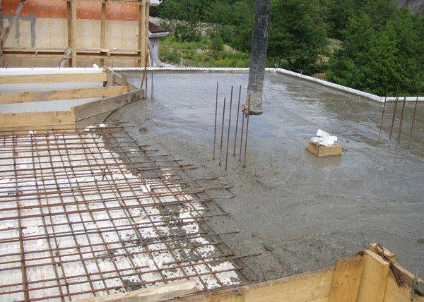 Арматура позволяет соорудить даже потолочное бетонное перекрытие