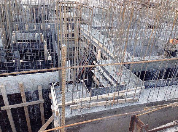 Арматура всегда выше уровня цемента на несколько сантиметров – улучшается сцепление со следующим слоем бетона