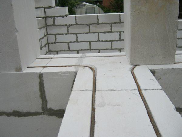 Армирование стены увеличивает её прочность и надёжность