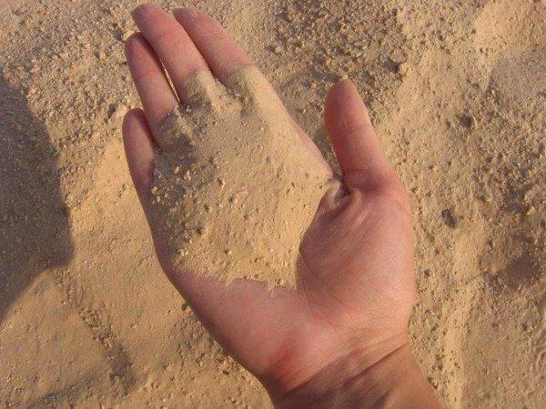 Бетон и песок – основные строительные материалы.