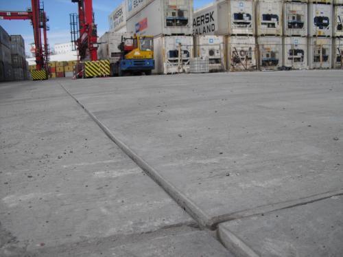 Бетонная площадка поделена на квадратные участки.