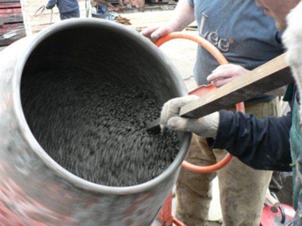 Бетонную смесь следует готовить в небольших количествах, поскольку она быстро застывает.