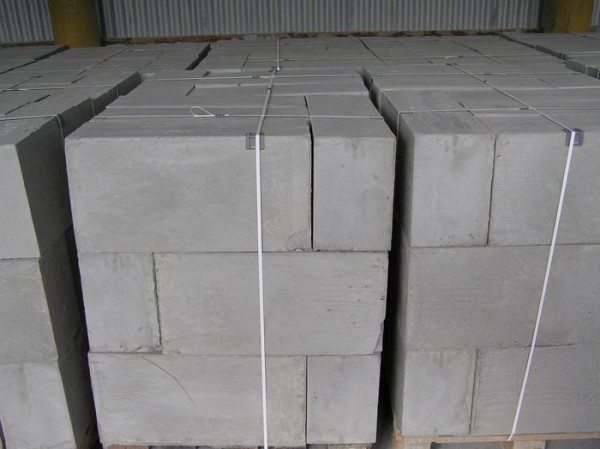 Бетонные блоки с точными размерами и пропорциями, ничего не надо подгонять при кладке