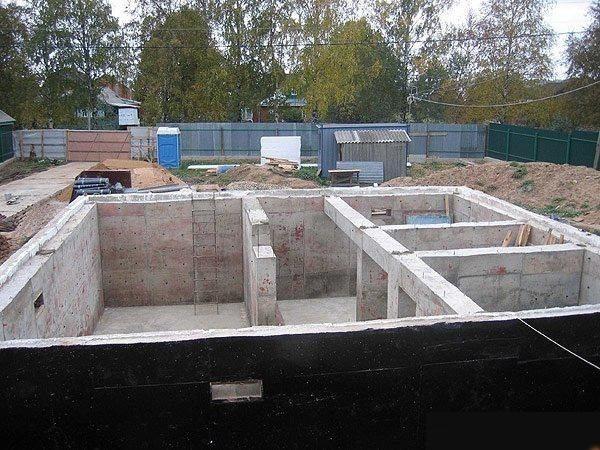 Бетонный фундамент с литым цоколем под дом из пеноблока