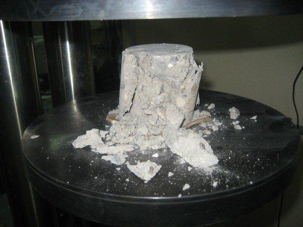Бетонный цилиндр, разрушенный под прессом