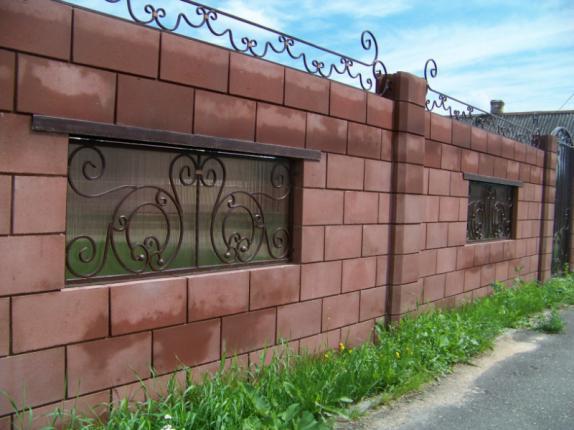 Блочный забор с ковкой