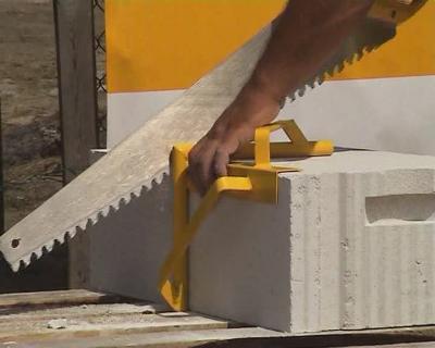 Блок режется ножовкой с крупными зубьями