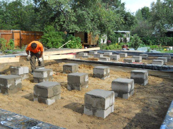 Блоки ФБС 4-2-2 использованы для строительства столбчатого фундамента.