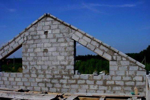 Блоки легко режутся, им нетрудно придавать ту форму, которая требуется (на фото)