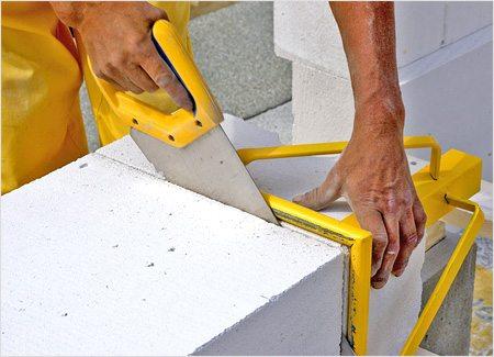 Блоки можно легко разрезать ножовкой