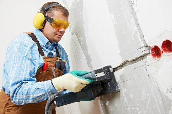 Большинство профессионального оборудования подобного типа сразу оснащают устройством для обнаружения металла в стене и данные о его наличии выводятся на индикатор
