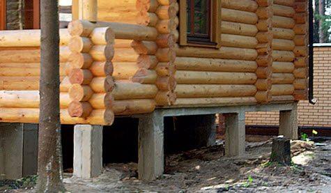 Бревенчатый дом на легком столбчатом фундаменте.