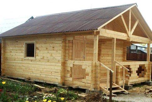Брусовые дома можно устанавливать на сваи, а конструкции из блоков требуют прочного основания или наличия ростверка