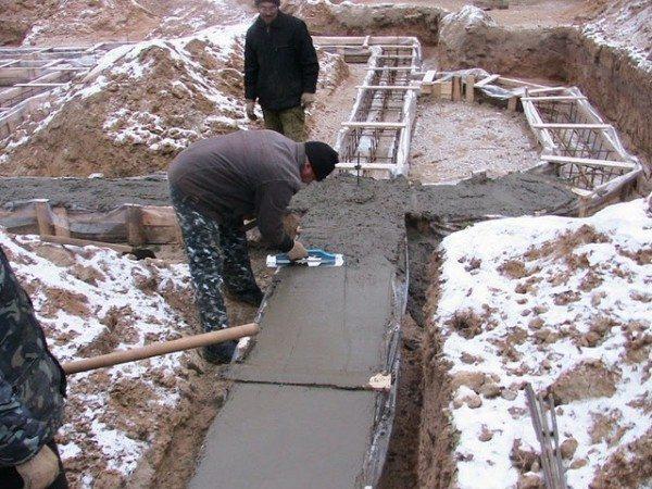 Часто бетонные работы приходится осуществлять зимой.