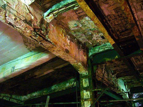 Часто приходится иметь дело с аварийными и ветхими сооружениями, как показано на фото.