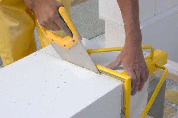 Чтобы сделать срез идеально ровным, лучше всего воспользоваться специальным угольником, который можно приобрести в магазине или изготовить самостоятельно