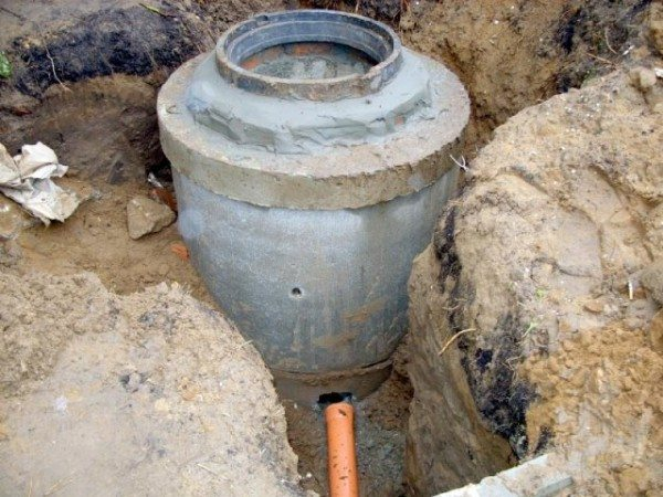 Чугунное кольцо обмазано цементным раствором.