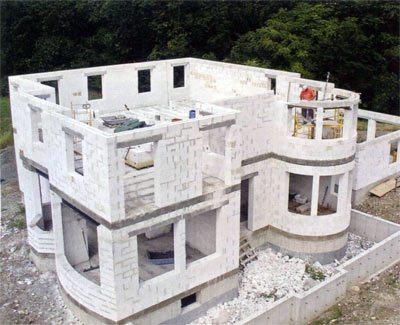 Даже для крупных зданий из газосиликата, таких как на этом фото, нужен не самый мощный фундамент