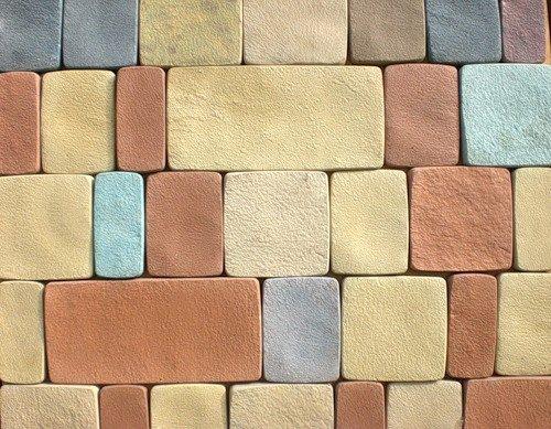 Декоративная плитка окрашена на стадии заливки в формы.