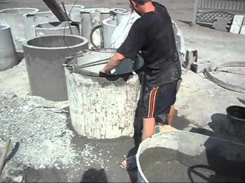 Демонстрируется заливка бетона в форму.