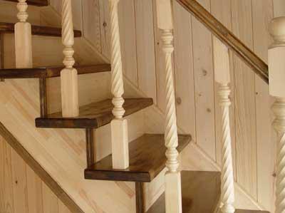Деревянная лестница в «теплых» тонах