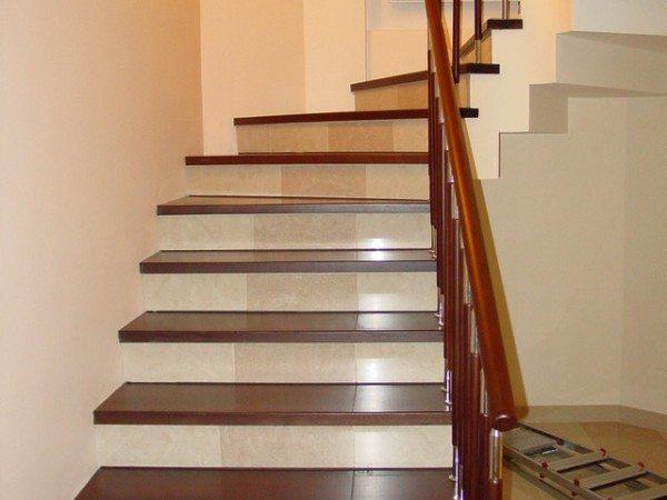 Деревянные ступени на бетонную лестницу - популярное решение, как в домах жилого типа, так и в зданиях общественного назначения