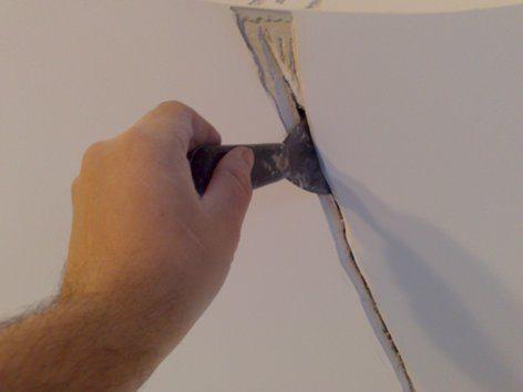 Диагональная трещина на месте соединения бетонных массивов разного времени застывания