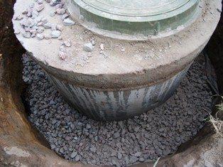 Диаметр колец может быть намного меньше размера котлована. Главное - обеспечить доступ воды к впитывающей поверхности грунта.