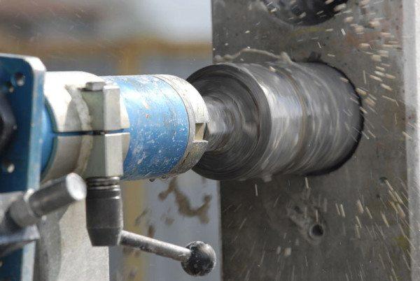Для достаточно прочных составов обязательно применяется алмазное бурение отверстий в бетоне: обычная дрель «не возьмет»!