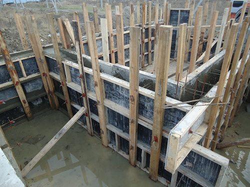 Для небольших строений применяются деревянные каркасы опалубки (на фото), для высотных зданий чаще используют металлические пластины