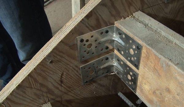 Для отбортовки ступеней используйте металлический уголок