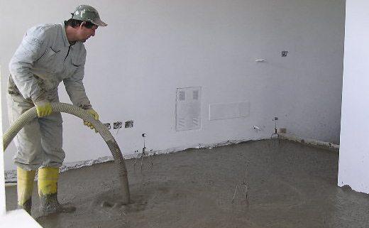 Для создания пенобетона не нужно применять дорогостоящее оборудование и его часто производят прямо на строительном объекте с последующей заливкой в любые формы
