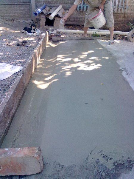 Для увеличения водонепроницаемости бетон можно зажелезнить сухим цементом.