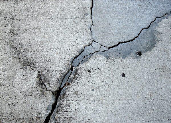 До набора полной прочности бетон легко трескается.