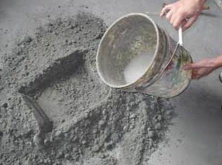 Добавление воды в цементную смесь приводит к образованию камня.