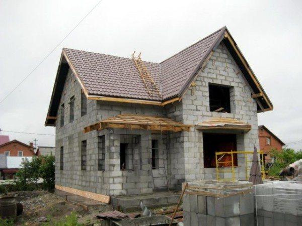 Дом из газобетонных блоков в процессе строительства.