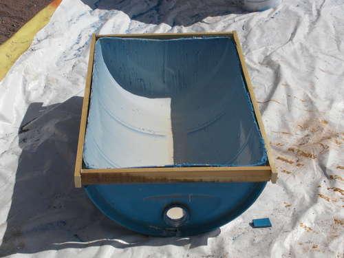 Емкость для замешивания раствора из металлической бочки.