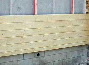 Если использовать обшивочный материал на основе обрешетки, то можно сохранить свойства стен пропускать воздух и при этом создать дополнительную защиту от холода