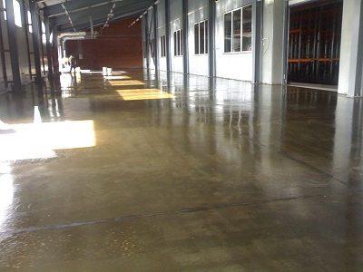 Естественная красота бетона под грунтом