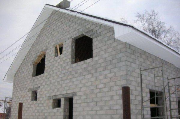 Эстетичный фасад дома из пенобетонных блоков