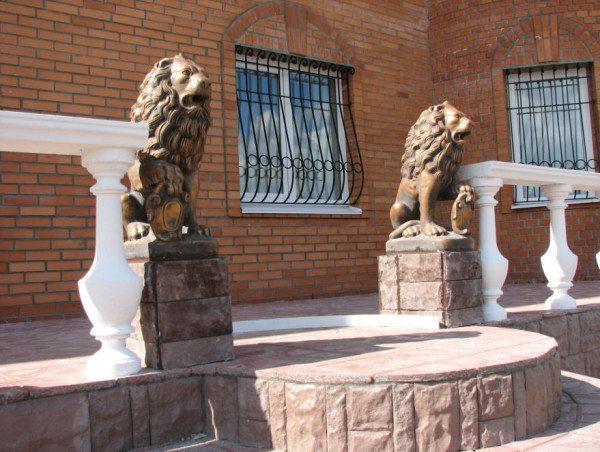 Фигуры из бетона станут отличным украшением для фасада здания