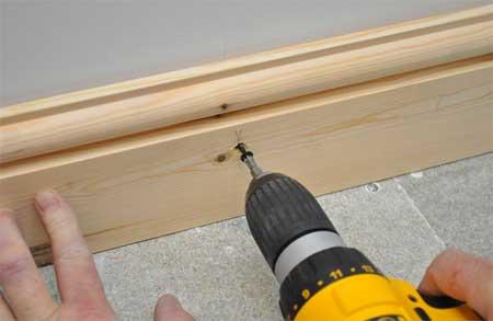 Фиксация деревянных плинтусов при помощи самореза и деревянного чопика, предварительно забитого в стену