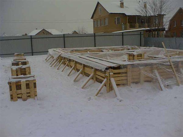Формирование фундамента в зимнее время года: фото