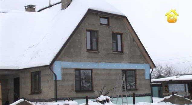 Фото двухэтажного дома из опилкобетона в зимний период