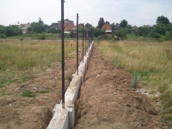 Фото фундамента, залитого под забор из бетонных блоков