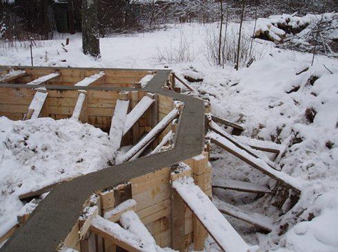 Фото фундамента, заложенного в зимний период