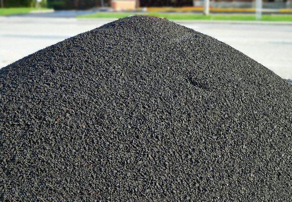 Фото готового к использованию материала, который вскоре станет дорожным полотном